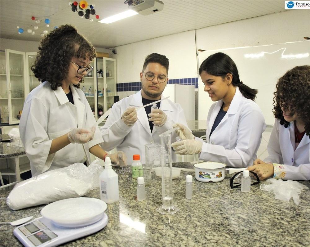 Contra a H1N1: estudantes produzem álcool em gel caseiro, de baixo custo e com ação repelente.