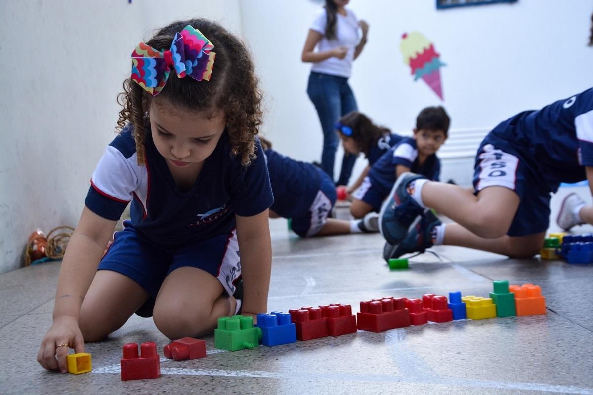 Conheça alguns dos benefícios em estimular a criatividade da criança desde a Educação Infantil.